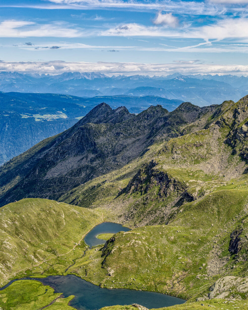 Atemberaubender Ausblick von den Bergen über Meran, Südtirol,
