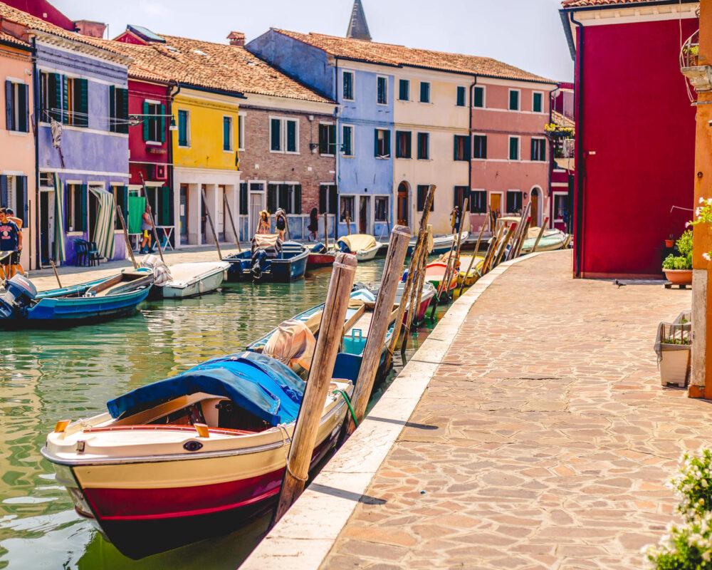 Szene an den Kanälen auf der Insel Burano in der Lagune Venedigs