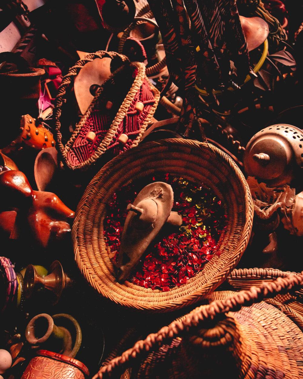 Eine Wunderlampe in einem Berber-Geschäft umgeben von arabischer Dekoration