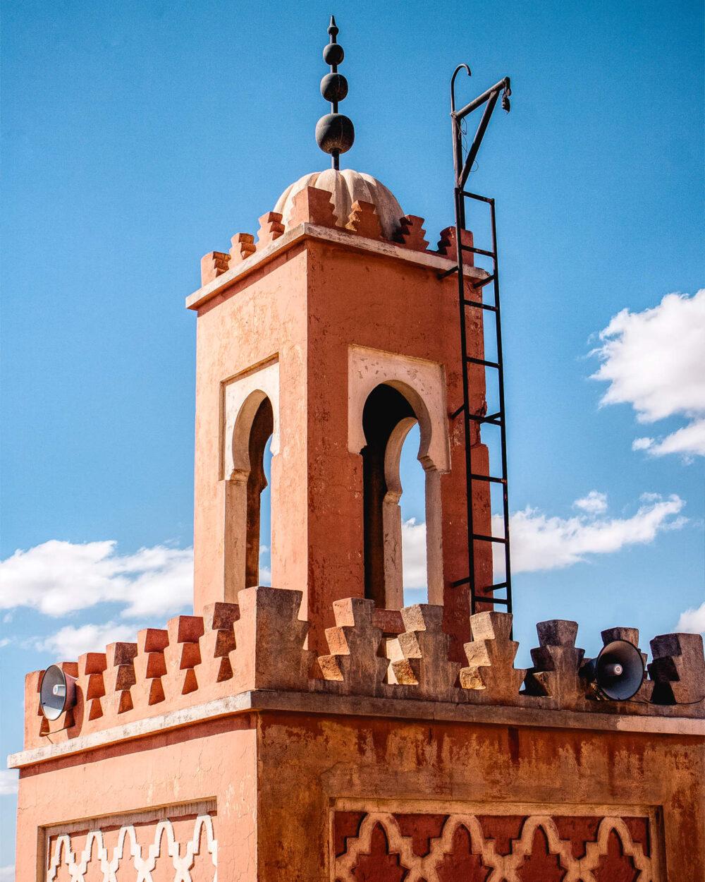 Minarett der El-Bahja Moschee am Djeema el Fna in Marrakesch