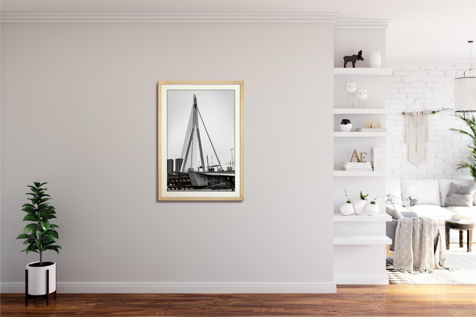 Großaufnahme der Erasmusbrücke in Rotterdam in schwarz-weiss als nachhaltiger Kunstdruck in Naturholz Rahmen in 60x90cm von Stephan Böhm