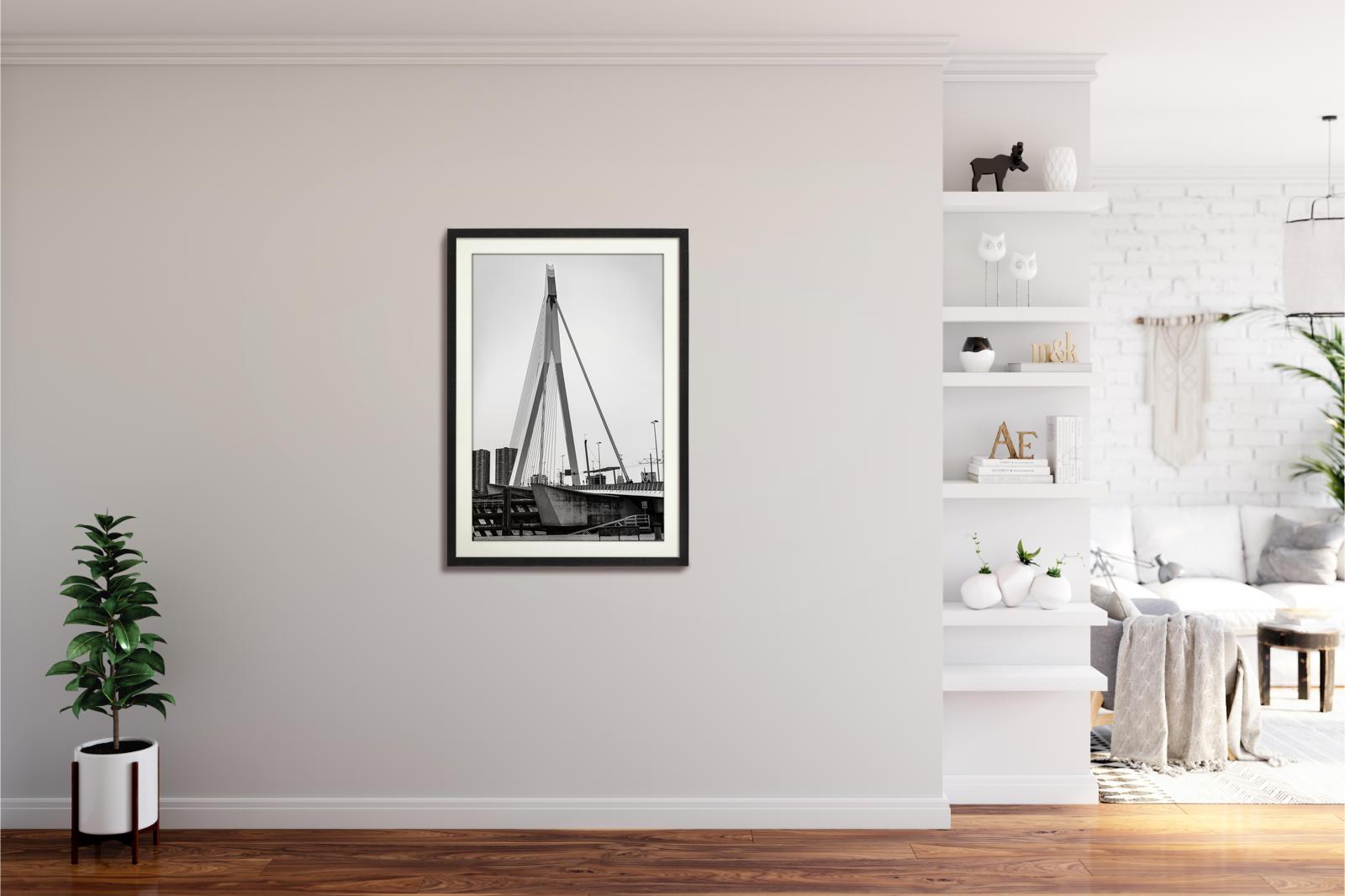 Großaufnahme der Erasmusbrücke in Rotterdam in schwarz-weiss als nachhaltiger Kunstdruck in schwarzem Rahmen in 60x90cm von Stephan Böhm
