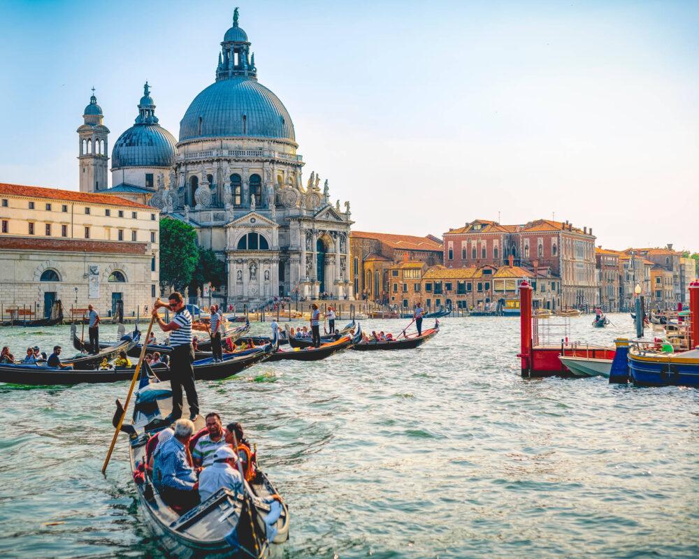 Ein ikonisches Foto von der Lagune von Venedig mit Gondeln und Kirchen