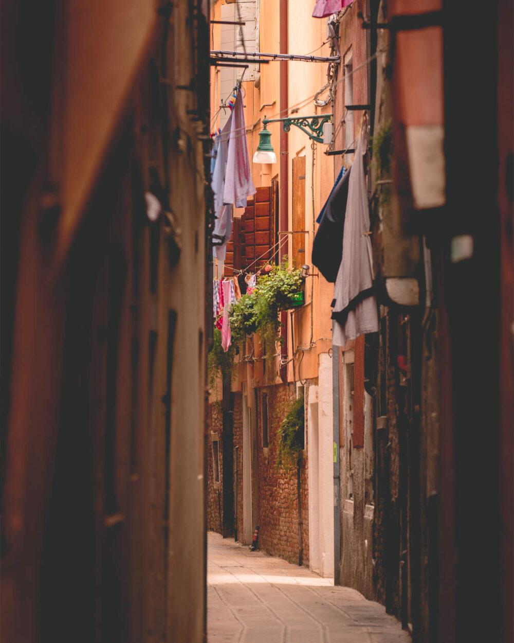 Ein romantisches Gässchen in Venedig
