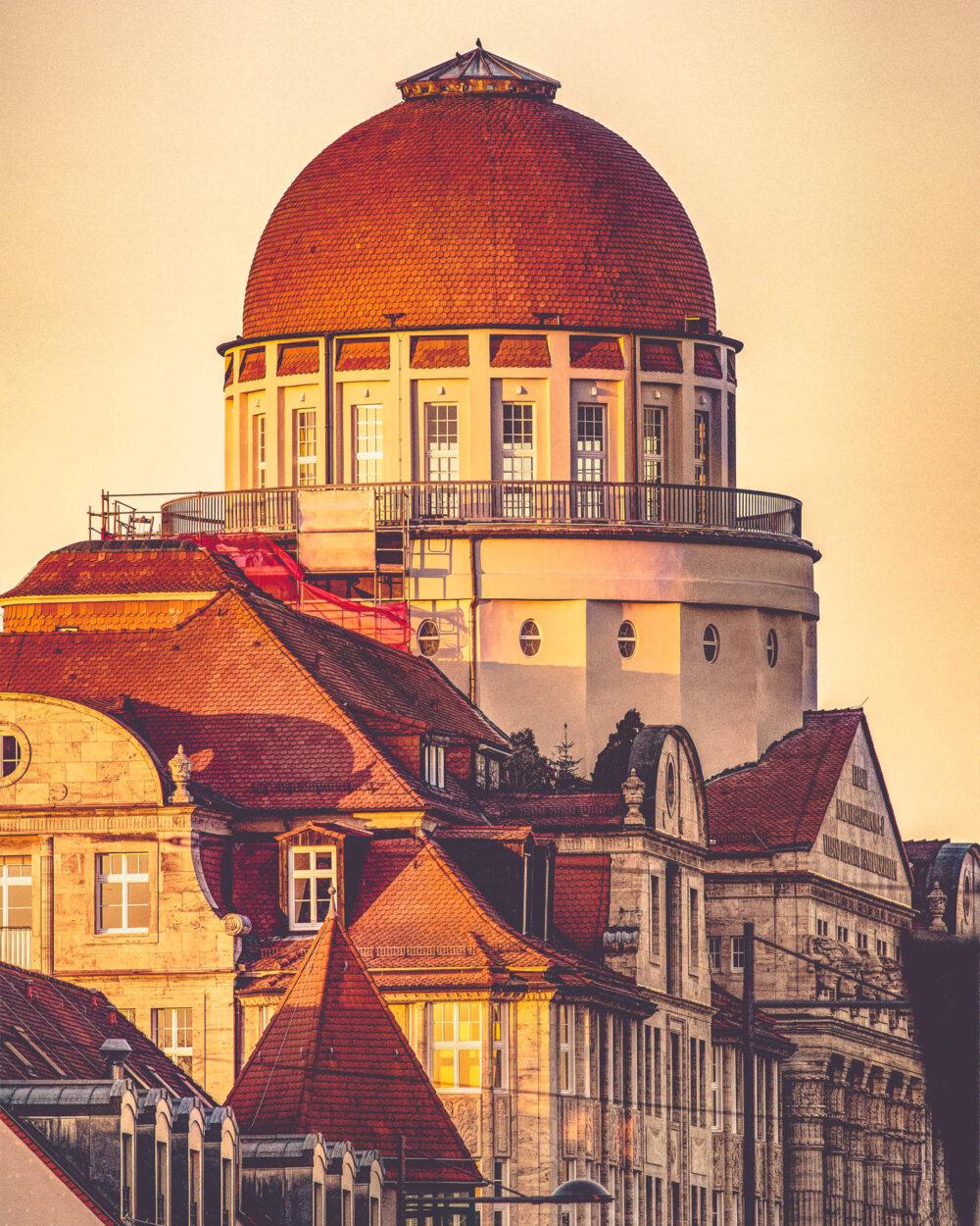 Das alte Gebäude der Leipziger Verkehrsbetriebe mit von der Sonne golden erleuchteter Kuppel