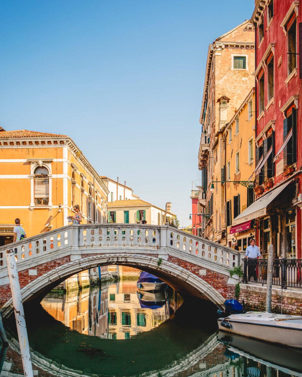 Die Ponte dei Frari, die Brücke zum Vorplatz der Frari Kirche in Venedig