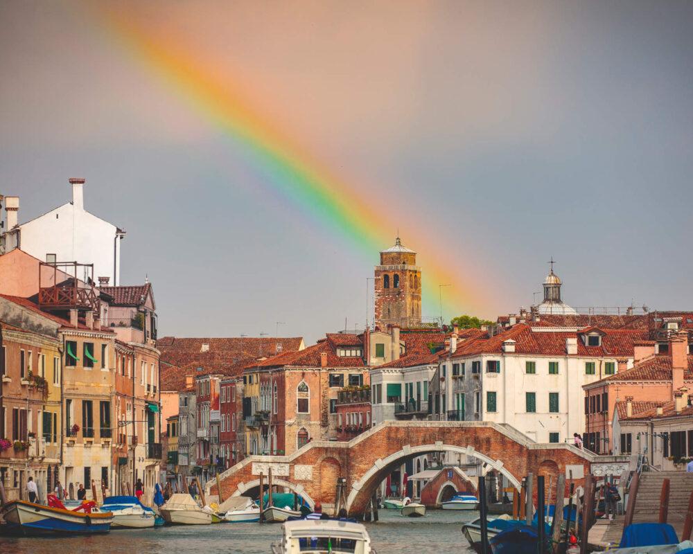 Ein Regenbogen über der Tre Archi Brücke in Venedig