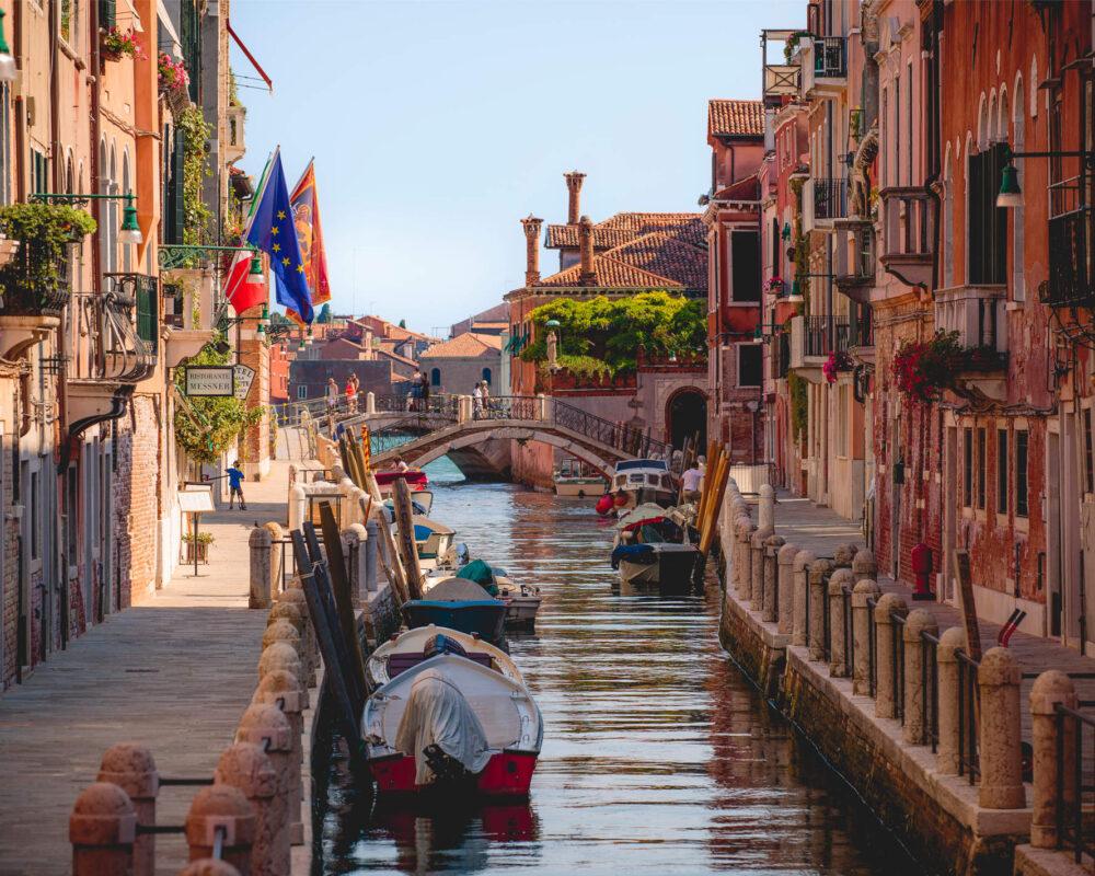 Eine romantische Szene mit Restaurant an den Kanälen von Venedig