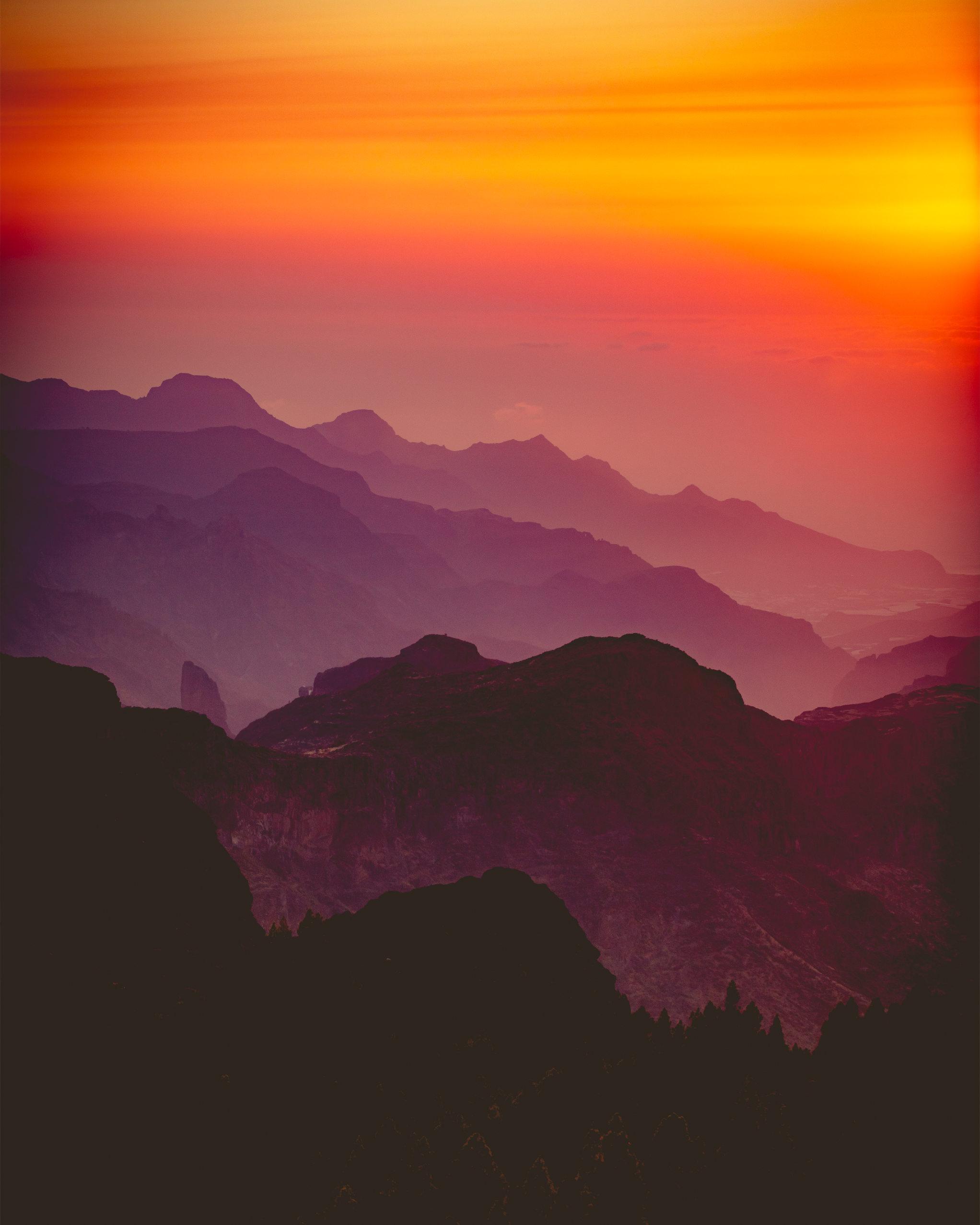 Ein farbenprächtiger Sonnenuntergang über Gran Canaria vom Roque Nublo aus, dem höchsten Gipfel der Insel