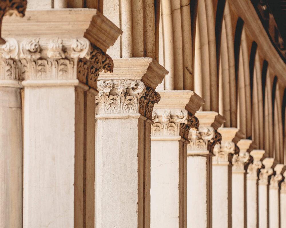 Eine Reihe von fein gearbeiteten Säulen im Dogenpalast von Venedig
