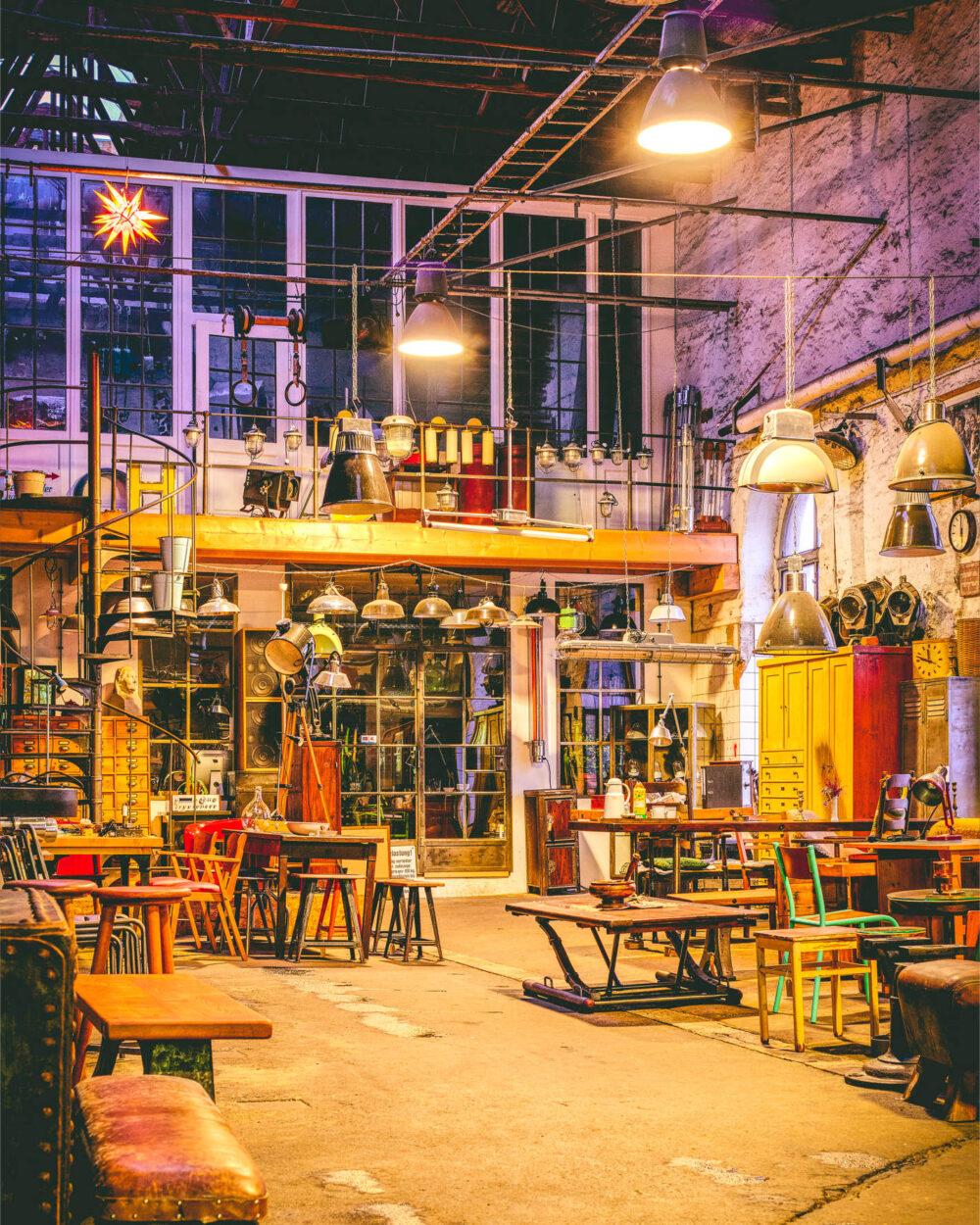 Eine farbenfrohe Schreinerei in der alten Feinkost EG in Leipzig