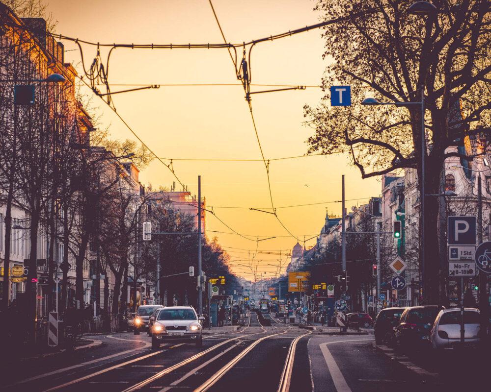 Die Karl-Liebknecht-Straße in Leipzig in goldenem Herbstlicht