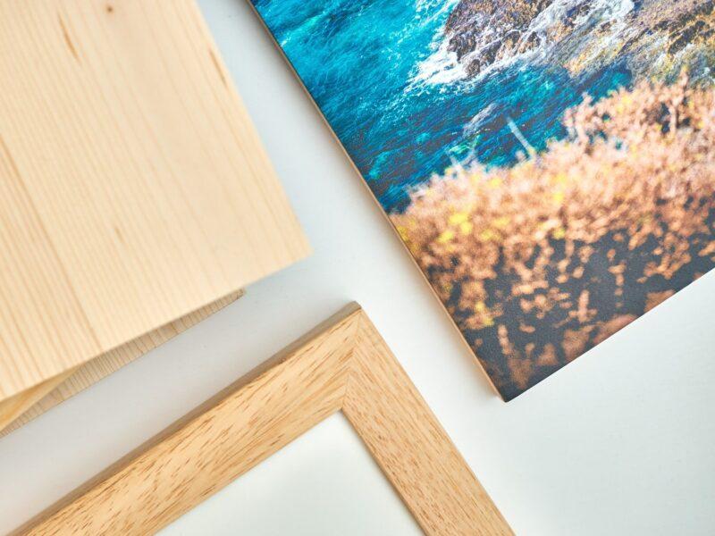 Artikelbild aus dem FRIZZ Magazin mit Rahmen und Holzdrucken